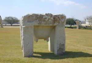 "טניה פרמינגר. ""שולחן"". 1994. אבן דולומיט. 100X95X85 ס""מ."