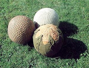 """ברנדה אוקס. לדאוג לאחרים. 2000. אלון, צמר, בד, כותנה. 100 ס""""מ קוטר לכל כדור אסטוניה."""
