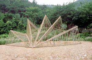 """ברנדה אוקס. פביליון המניפה. 2004. במבוק, חבל. 600 x 1050 x 620 ס""""מ. דרום קוריאה"""