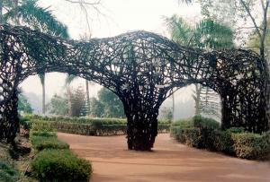 אשיש גוש. שערי גן עדן, 2005. עץ, מסמרים. 4 X 8 X 0.8 מ'. ברדהמן, הודו. www.sculptorashishghosh.in
