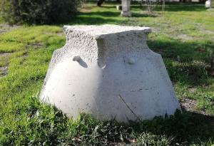 """טניה פרמינגר. """"מקום"""" 2003. אבן. 110X185X75 ס""""מ."""