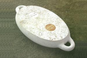 """טניה פרמינגר. """"מגש"""". 1996. אבן חברון. 20X155X80 ס""""מ."""