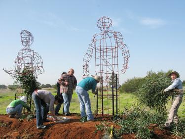 דליה מאירי, דני מנהיים ועוזרים בעבודה על פסל.