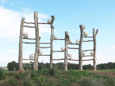 """גילה קרוקר, """"המוסיקה של הטבע"""", 2008. עץ , אבן. 30X600X300 ס""""מ."""