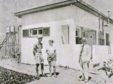 הוריו של דני מנהיים ליד ביתם בארסוף קדם. שנות ה-30.